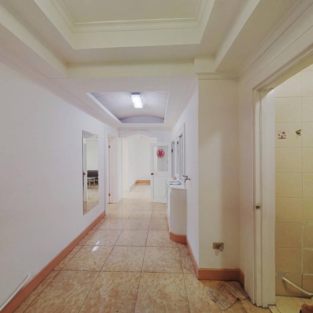 业主诚心出售,小户型三室精装修。