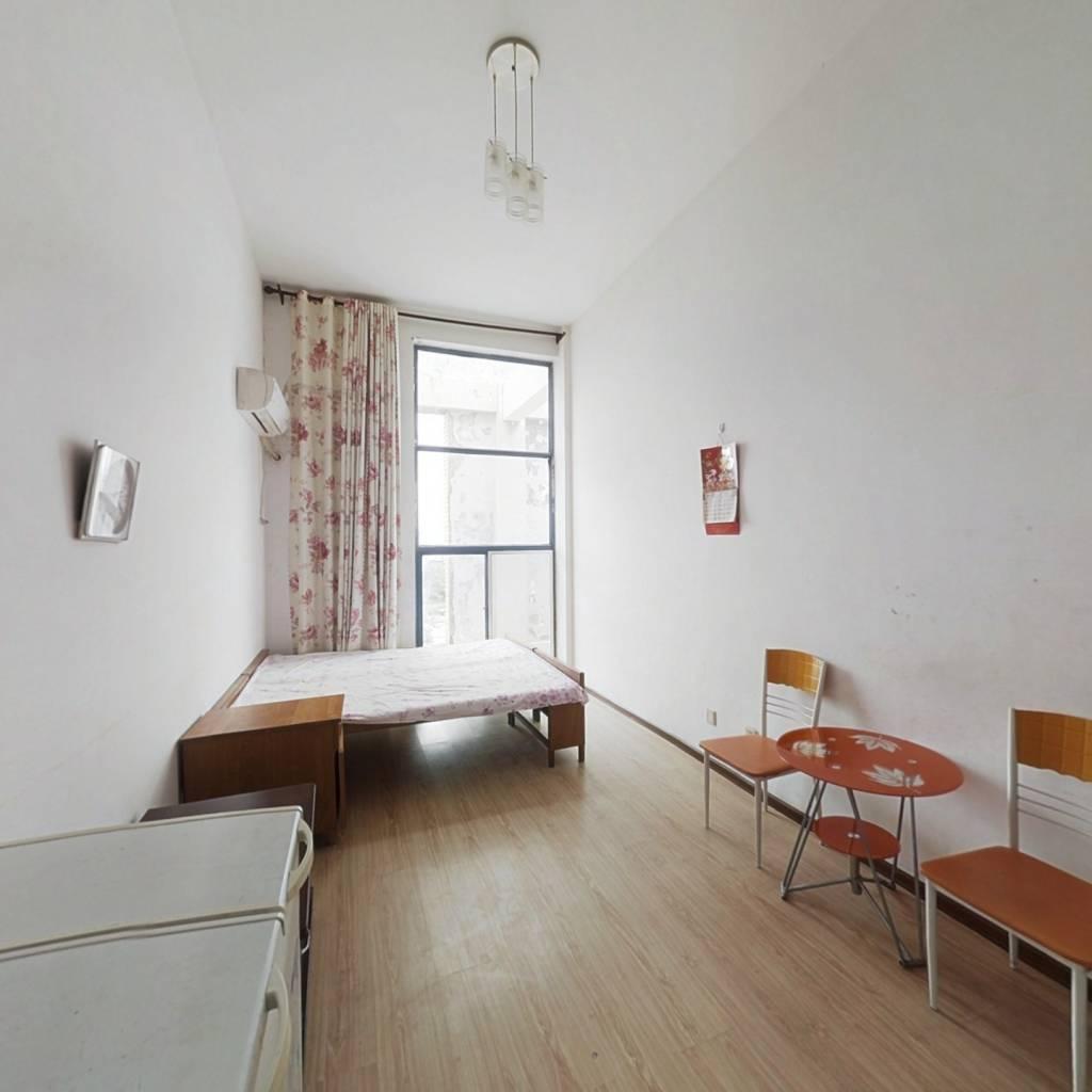 三楼层,带阁楼小公寓,出行方便