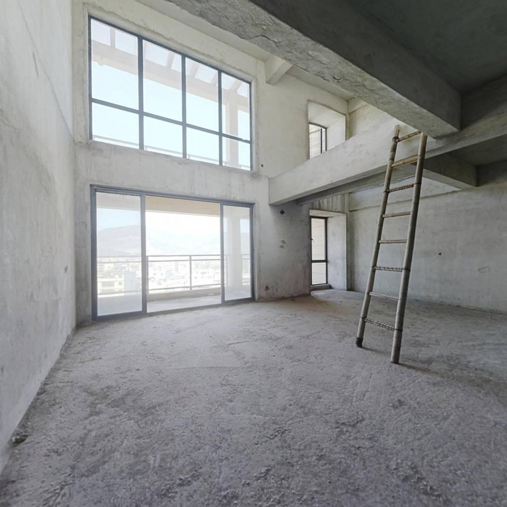 四房面向王子山,背有私家大平台,三楼顶上可露天平台