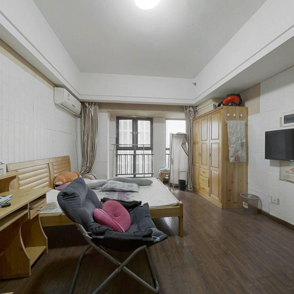 房子为一房通间户型 ,采光视野很好