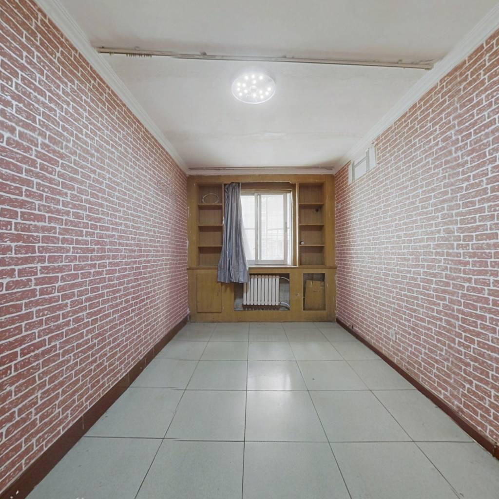 南北通透两居室,一层带小院,满五年,房主诚心出售。