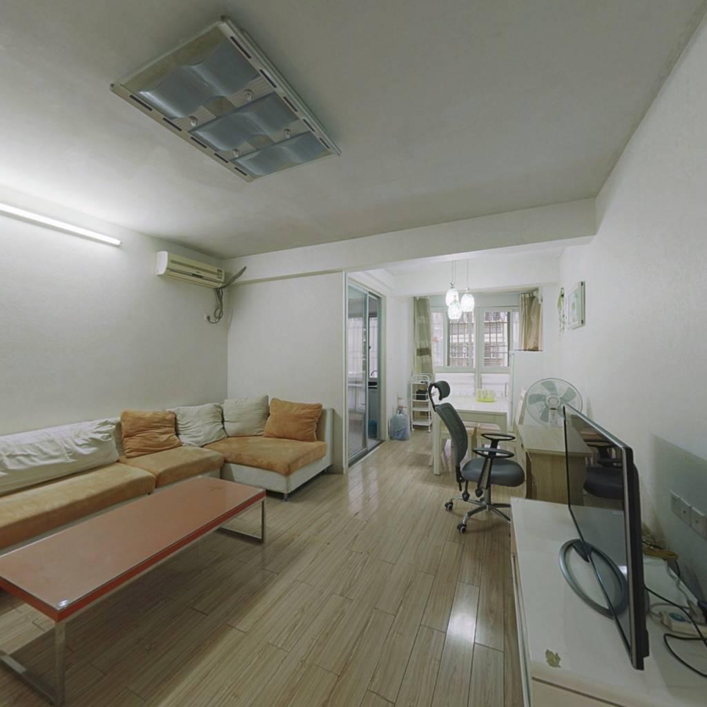 此房产权满2年,低楼层,税收少 视野光线都很好