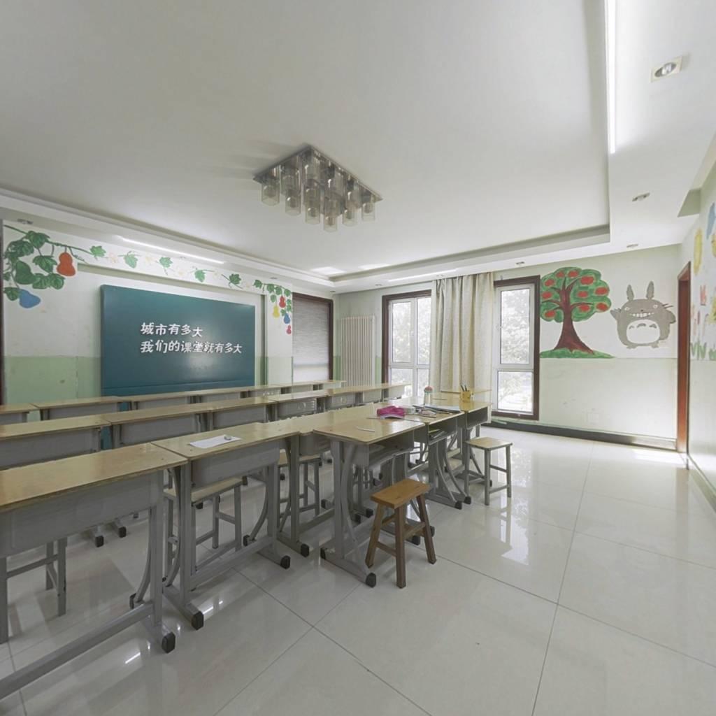 香榭丽舍小区、该房为小高层、房东精装、此房大平层。