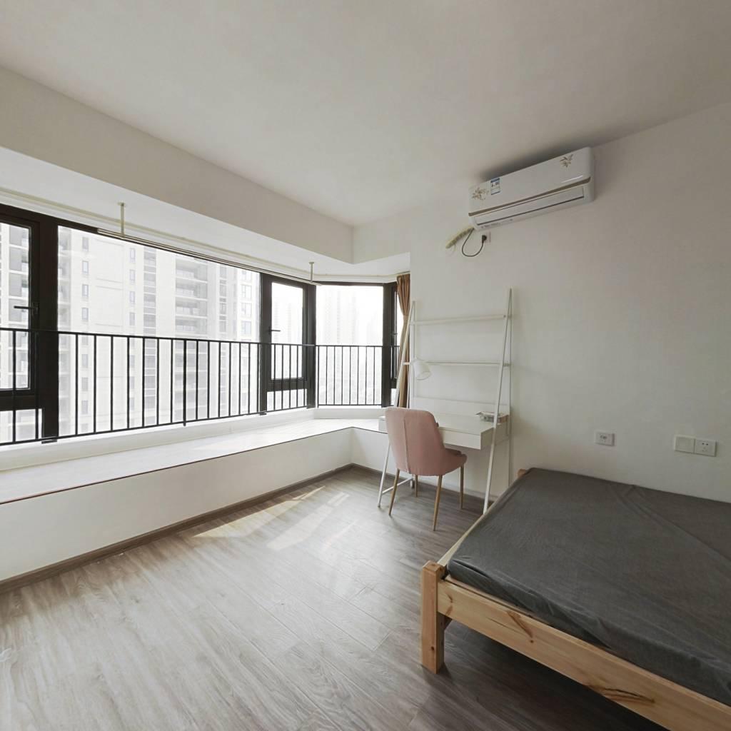 合租·龙湖水晶郦城 6室1厅 南卧室图