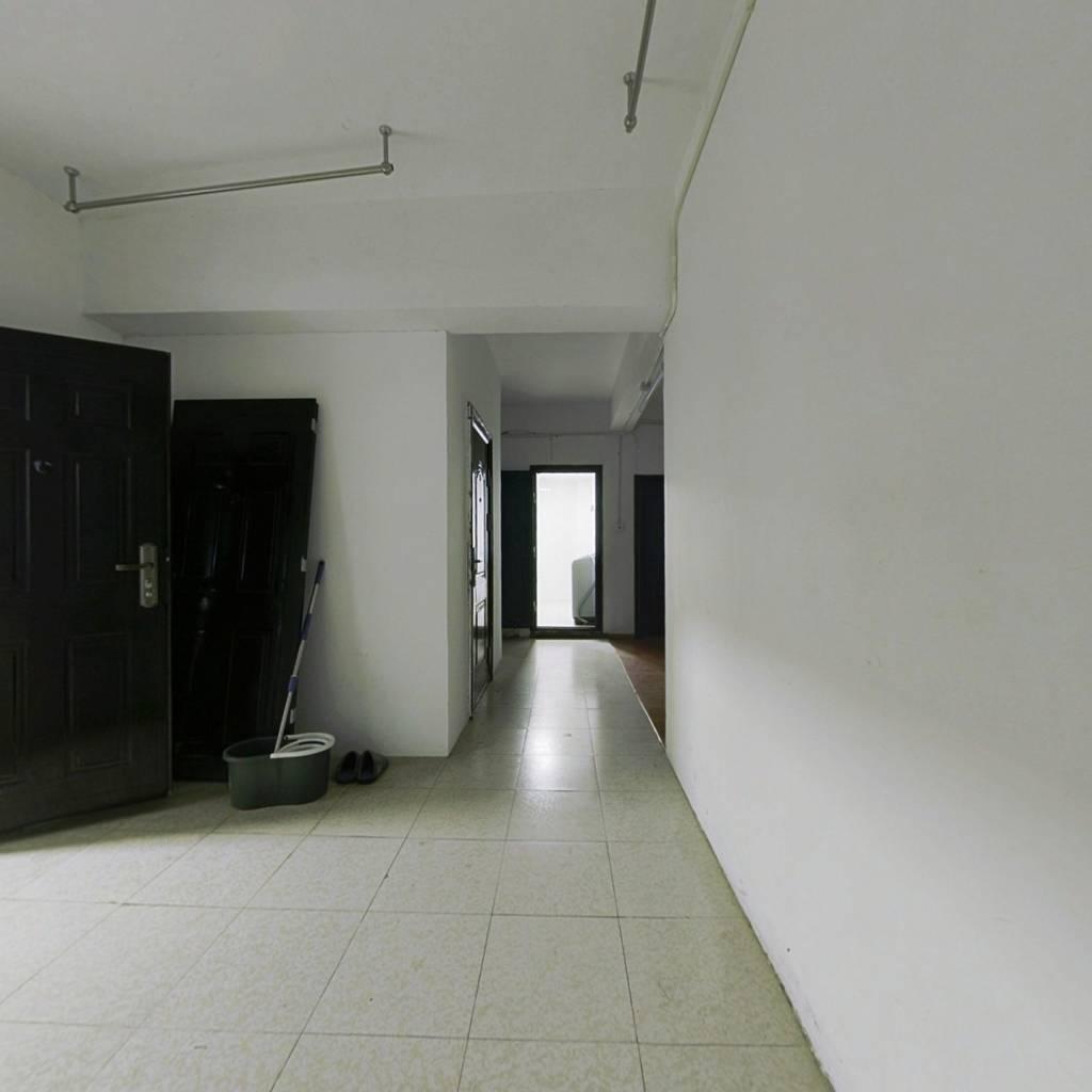 该房地理位置优越,房子精装修,户型方正 采光好