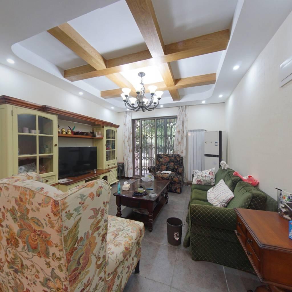 地铁口精装三房,老证,带一个40平的花园,看房方便。