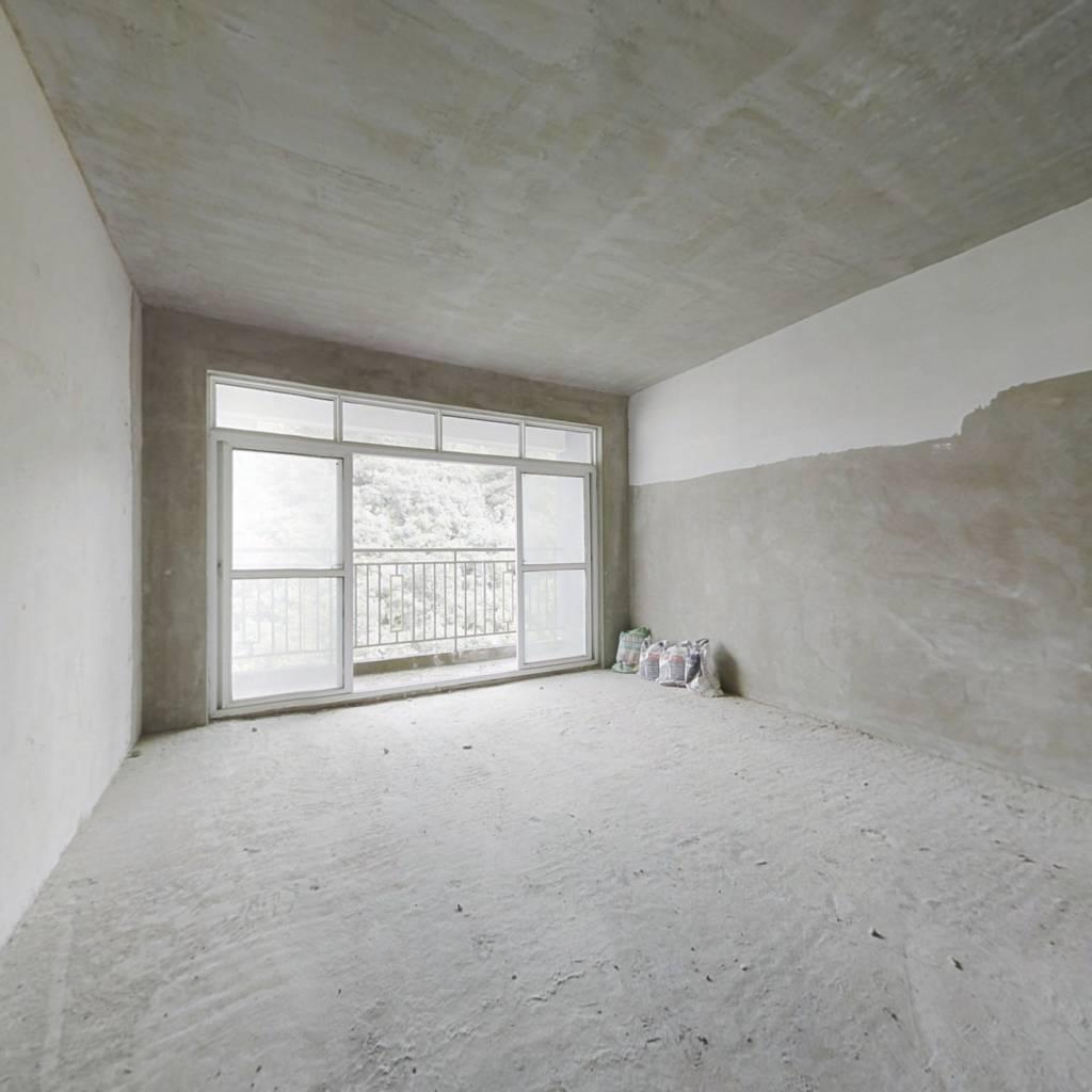 此房是毛坯房 自己设计 产权满2 电梯顶楼 带花园
