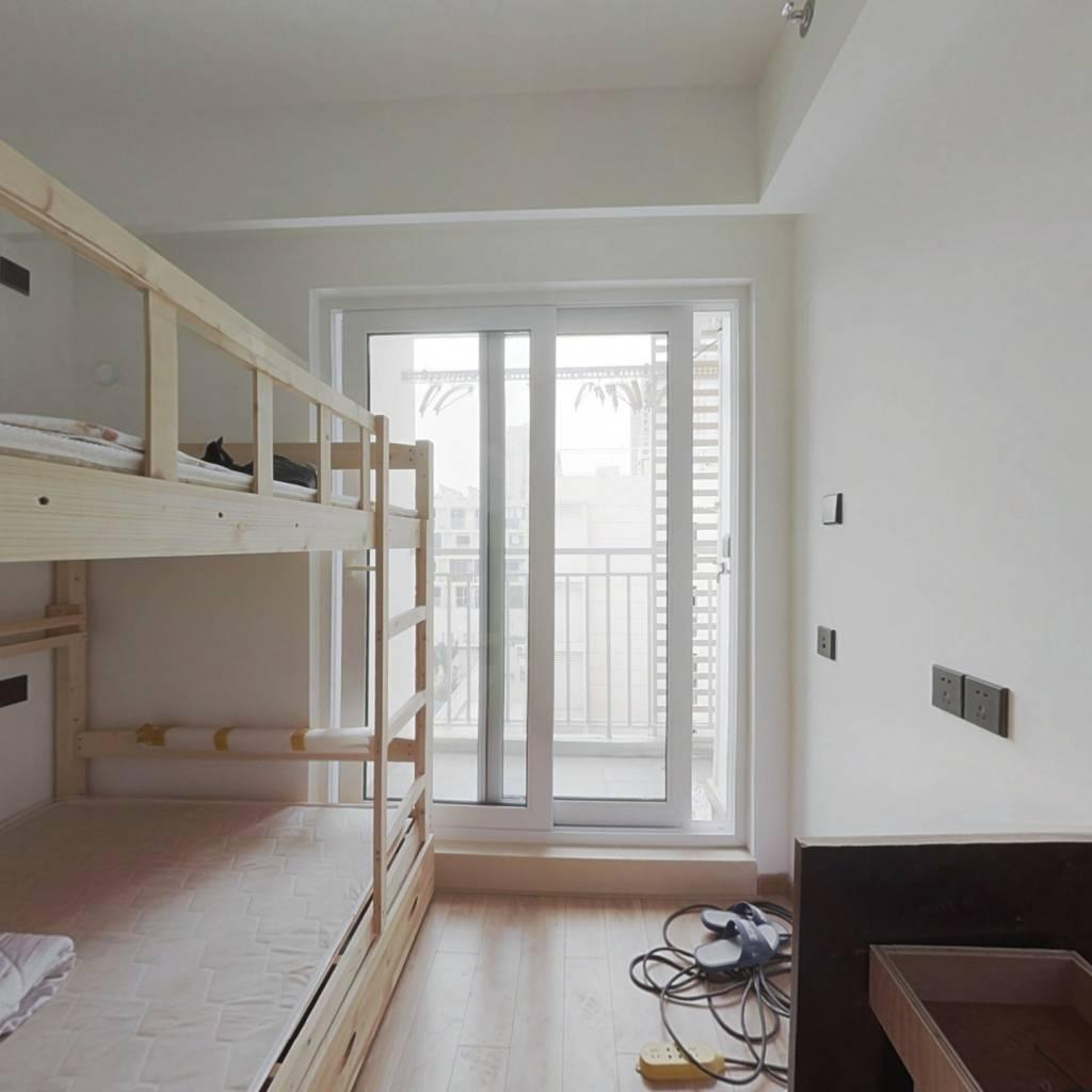 万科精装小公寓,自住出租都可以,近地铁出方便。