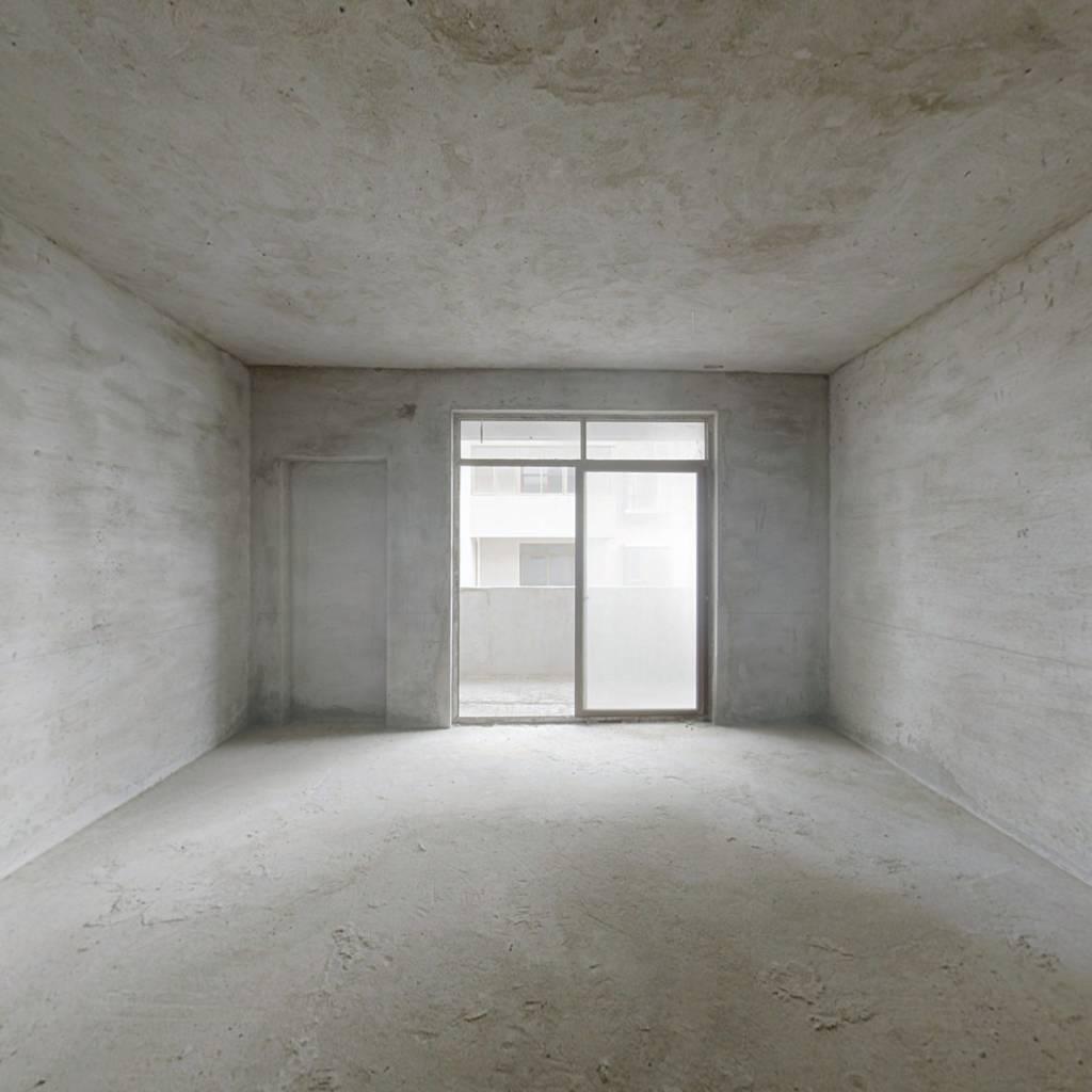 南水毛坯大三房、格局方正、双阳台。