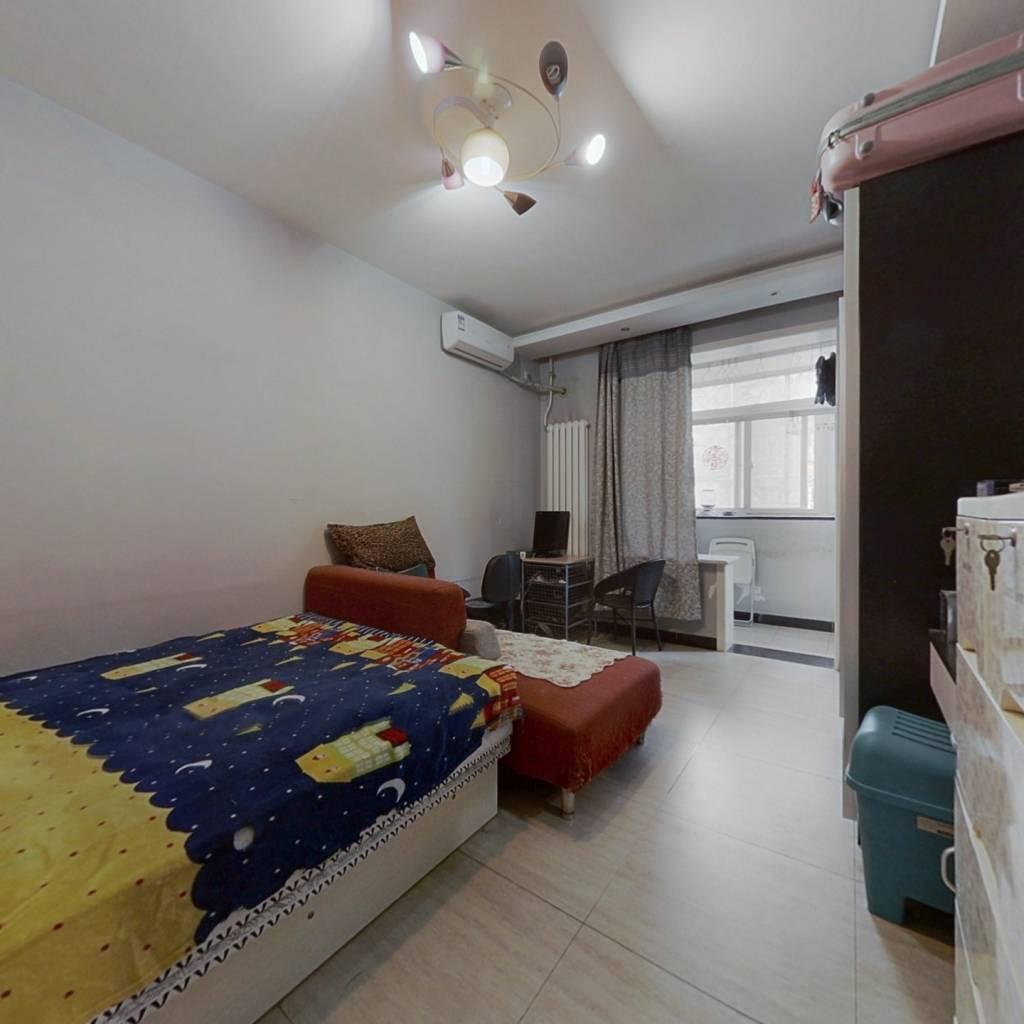 此房卧室,厨房,卫生间三面朝南,户型方正。精装修