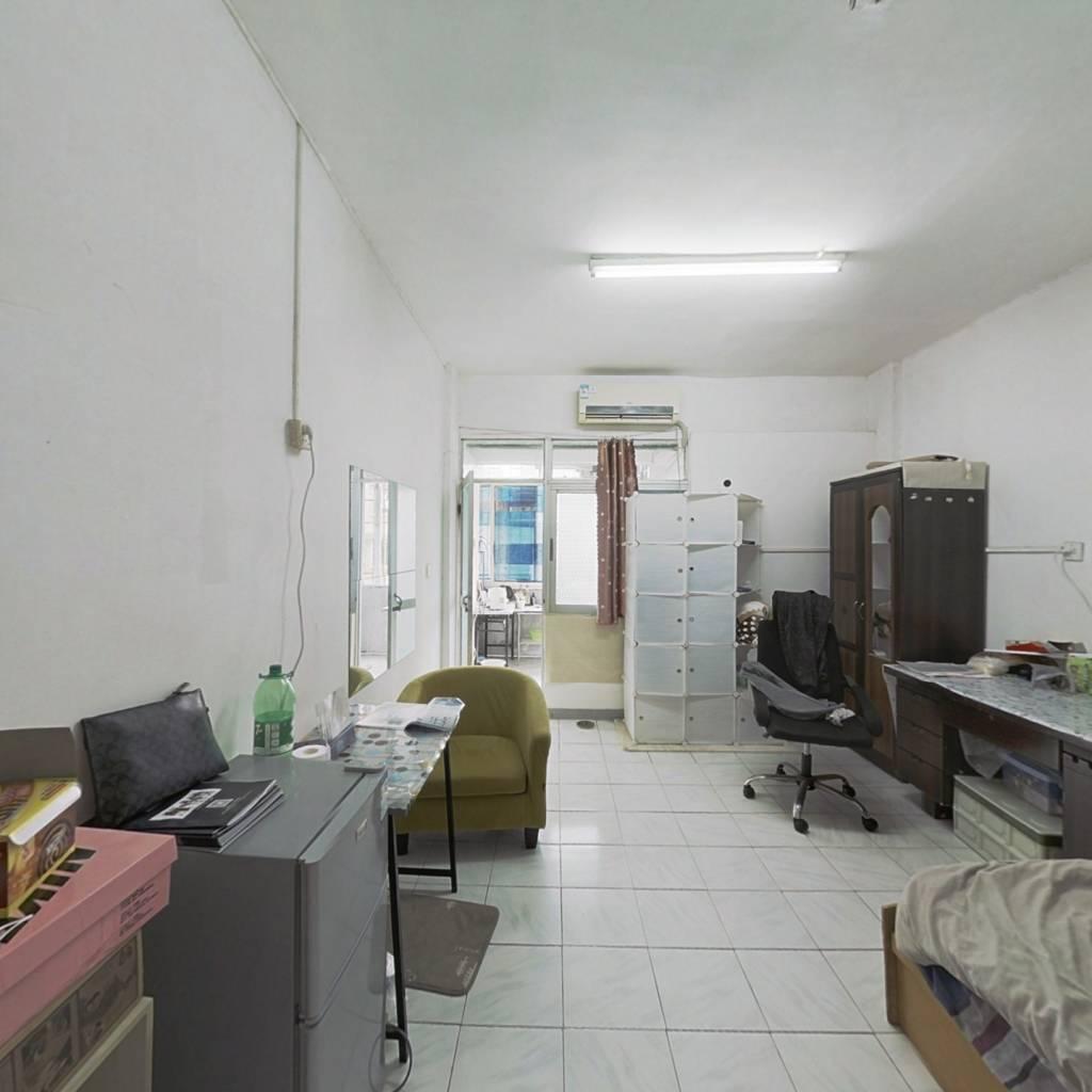 此房标准的一房一厅,格局方正。