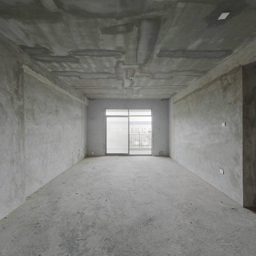 此房为电梯洋房,一梯两户,户型周正