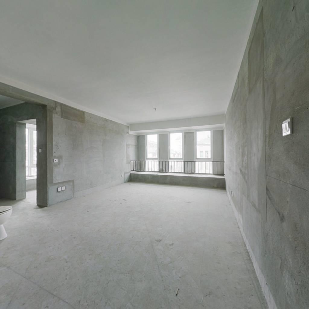 此房是小区少量多层楼房,边户采光充足,