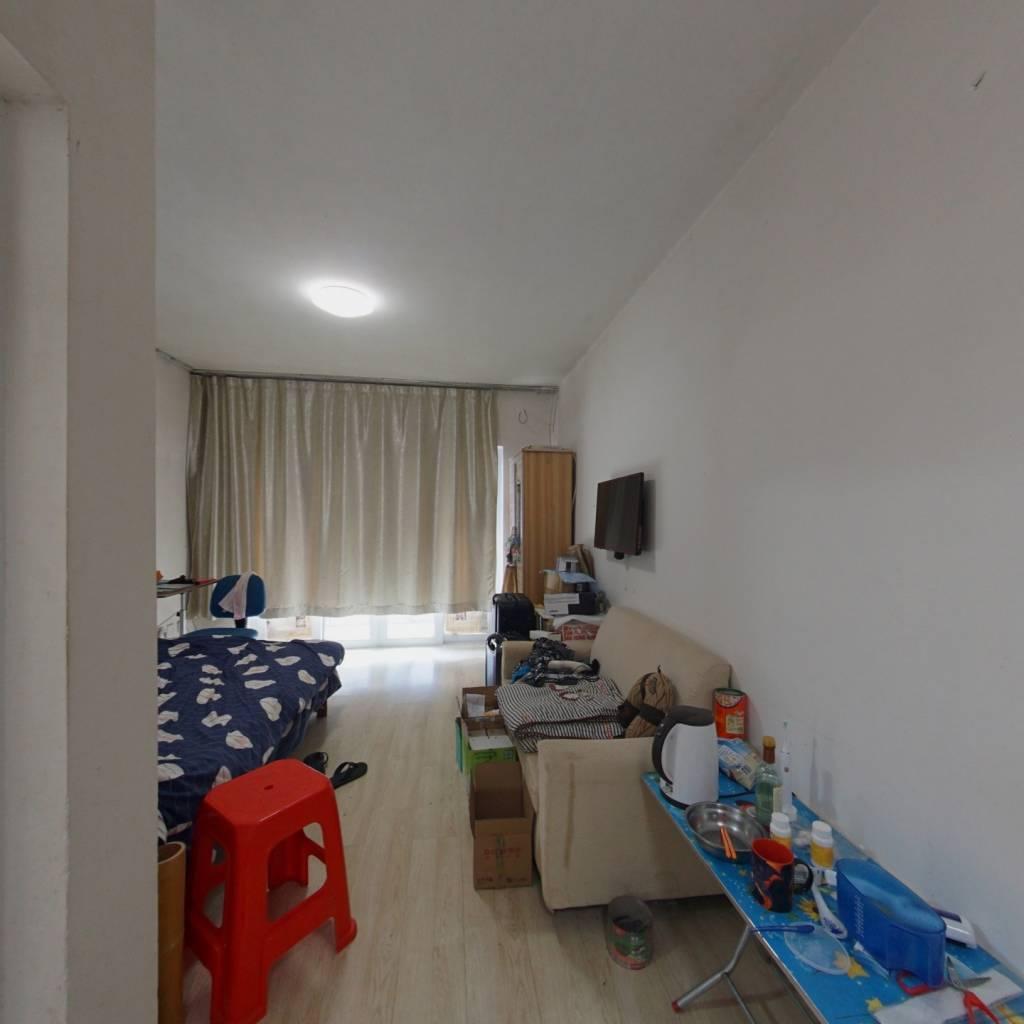 此房满两年,小区环境好,总价低,户型1房1厅1厨1卫。