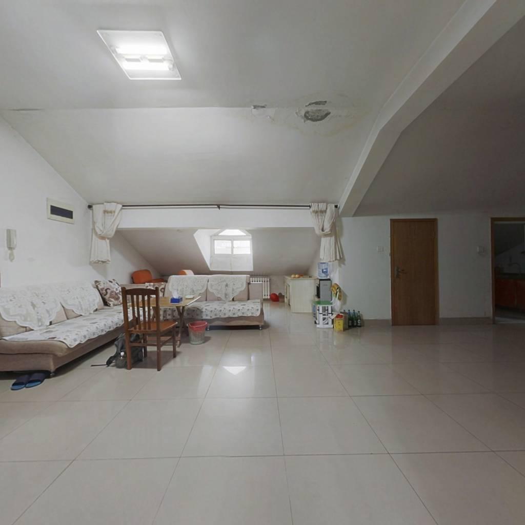此房证满两年正常首付,简装有储藏室,紧靠山体公园