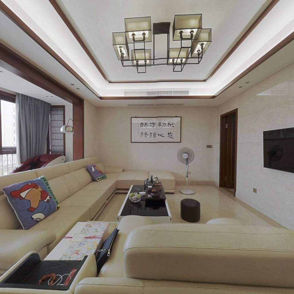 房子装修好,位于封闭式小区,房龄新诚心出售。
