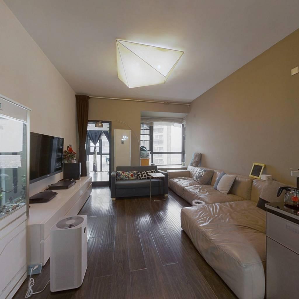 此房是翡翠城四期通透套三,两个卧室带一个小书房
