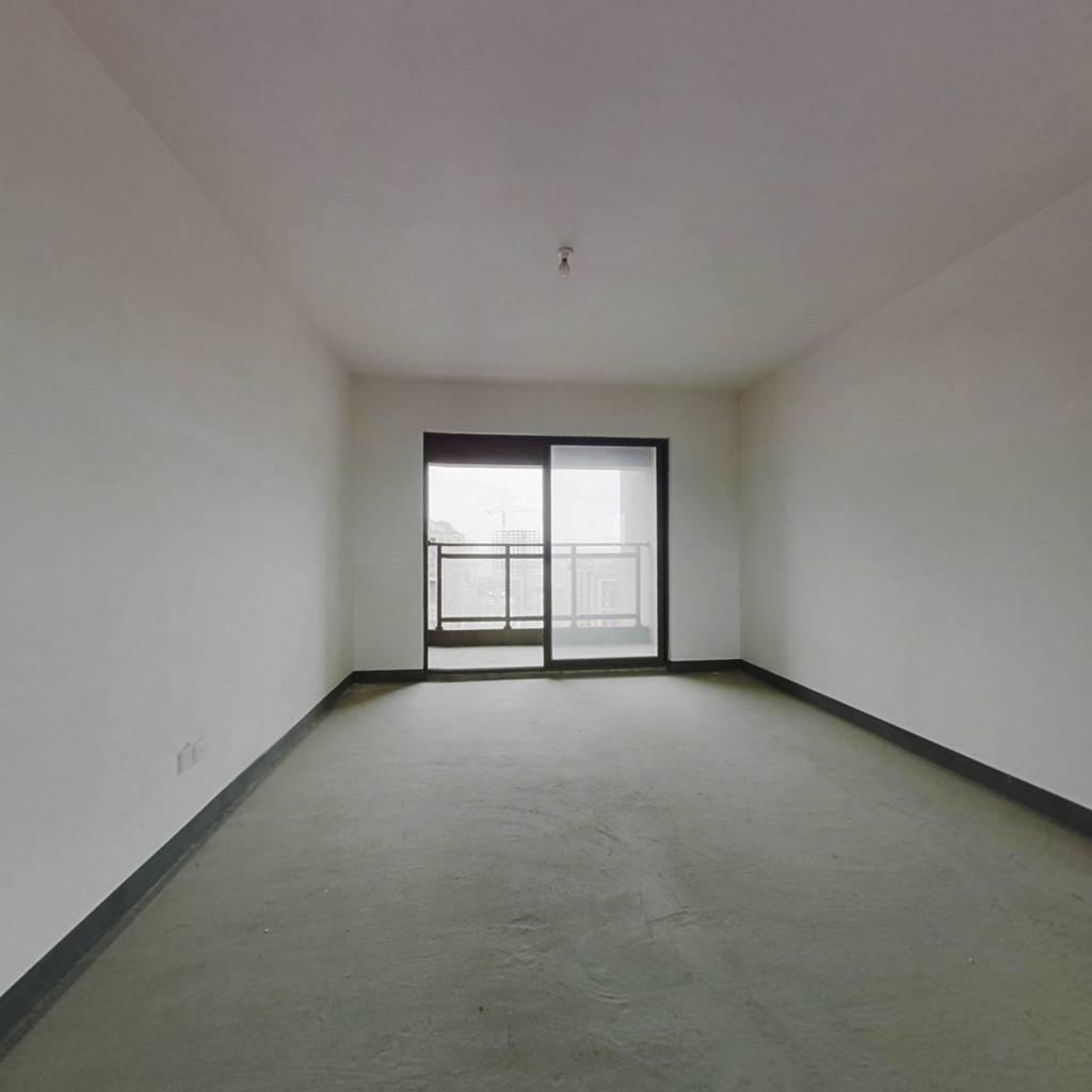 此房为板式电梯房,三面采光,前后无遮挡。