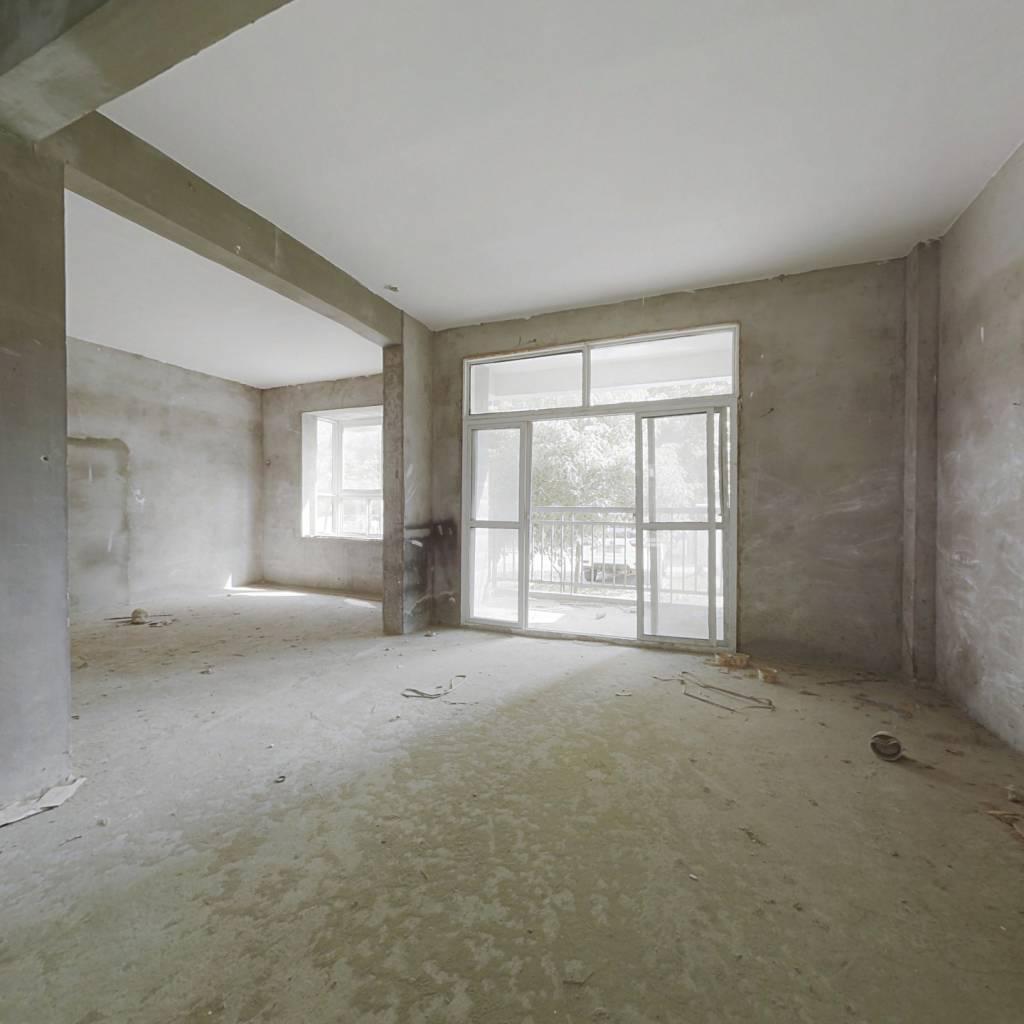 此房楼间距大,采光充足,小区内环境舒适