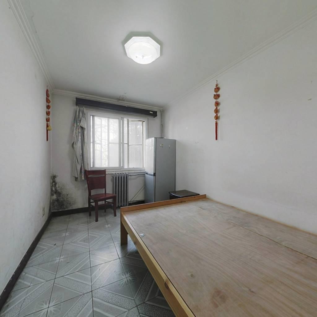 八里庄北里客厅带阳台两居 满五年公房 低楼层