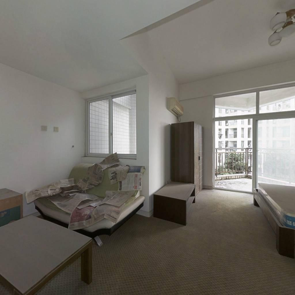自由假日大标间简单装修带家具家电有大窗子