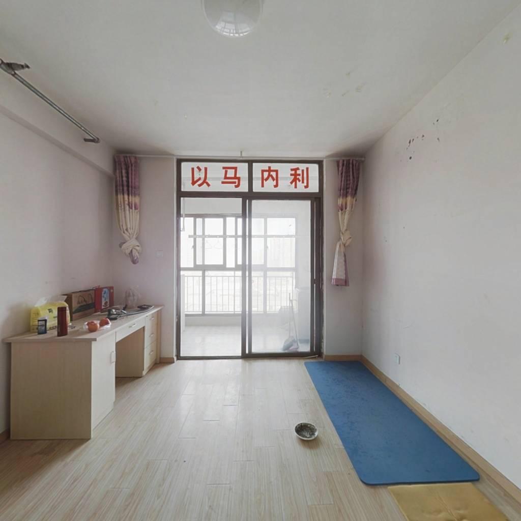 此房为四十年产权,精装修,楼层高采光好 拎包入住