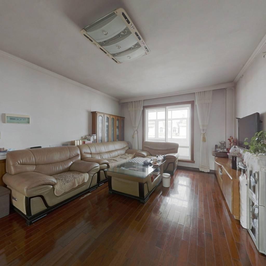 此房通透户型三室,精装修,采光好,交通方便