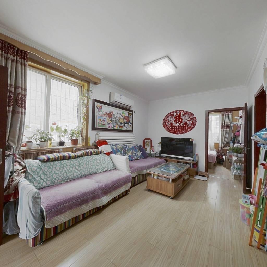 南北通透 精装 两居室 客厅东侧有窗户