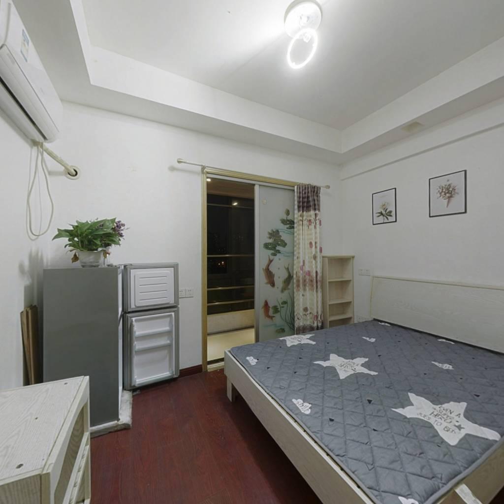 米兰公馆 单身公寓 户型方正 房东自己装成了两房