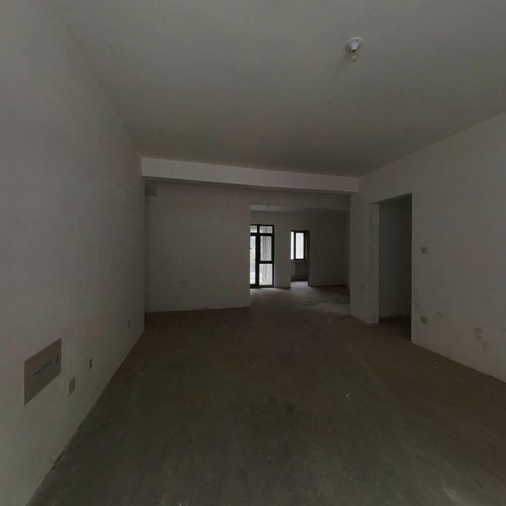 一楼带院,上下两层含半地下,半地下面积不在产证。