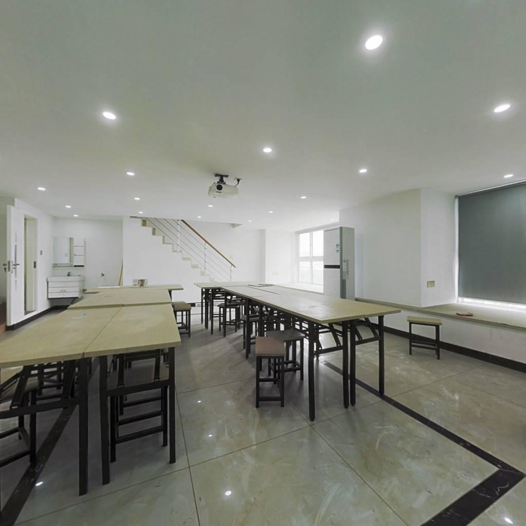 复式公寓 两间打通 使用面积大 办公装修