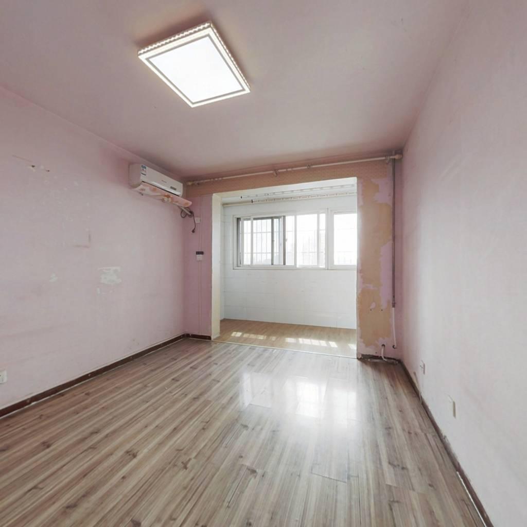 西向一居室,高楼层视野好,户型方正。