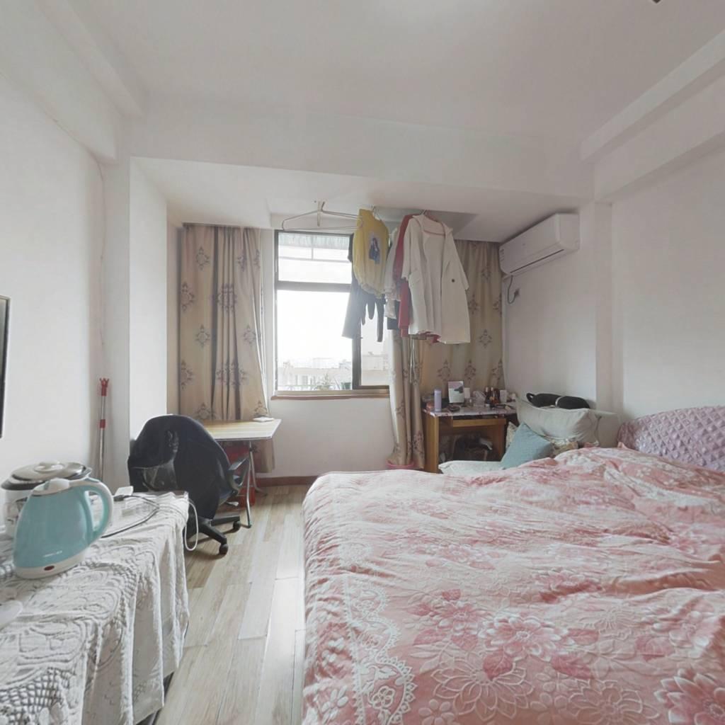 朝向西面,单身公寓性质,小面积,总价低,