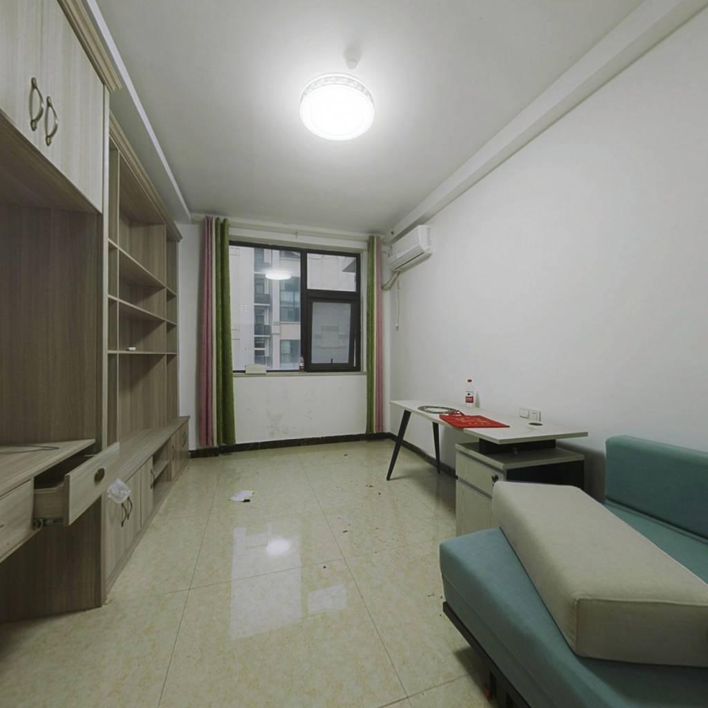 春晓公寓,交通便利,旁边就是大润发,出门就是高架