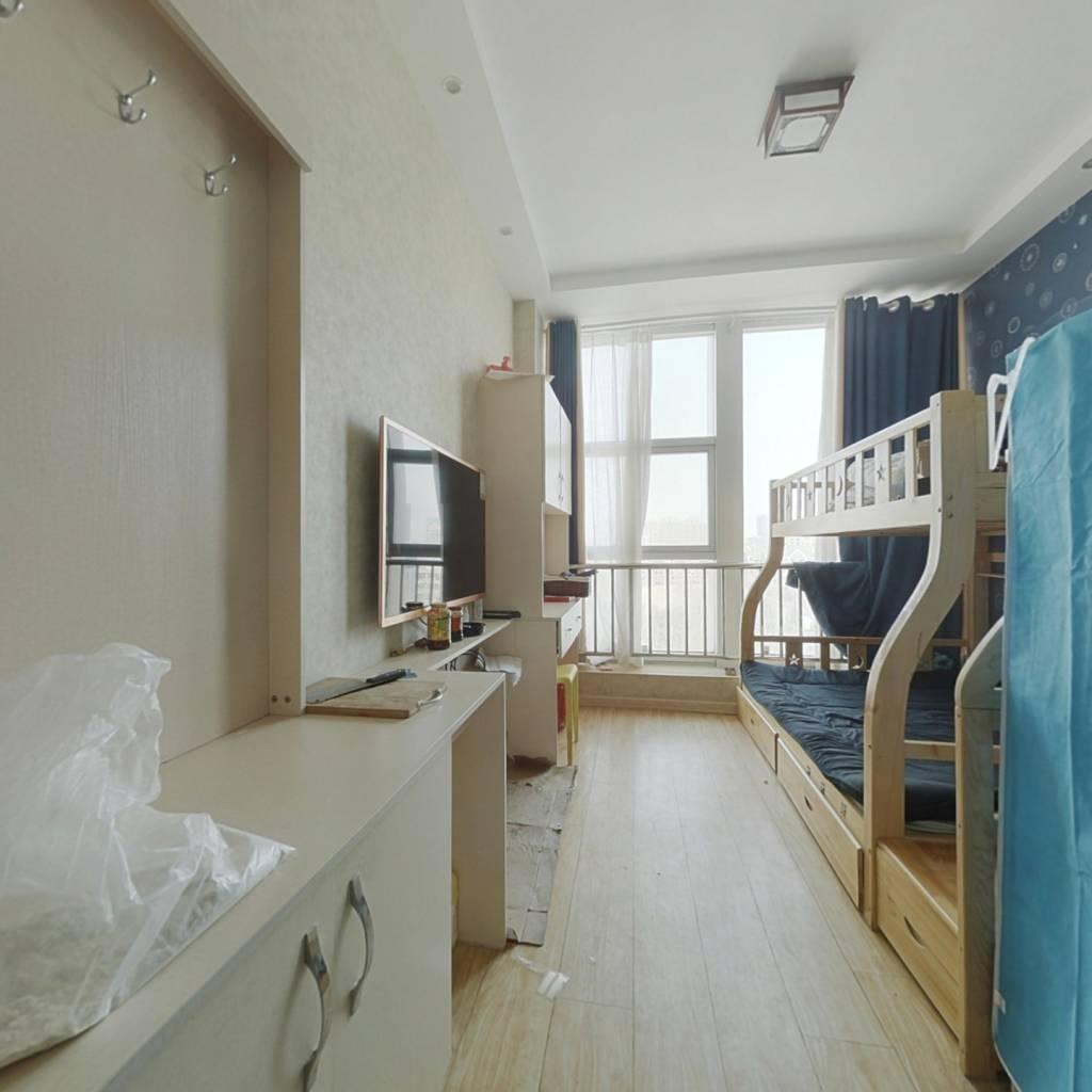 此房是公寓,带全套家具家电,是北向,带落地窗