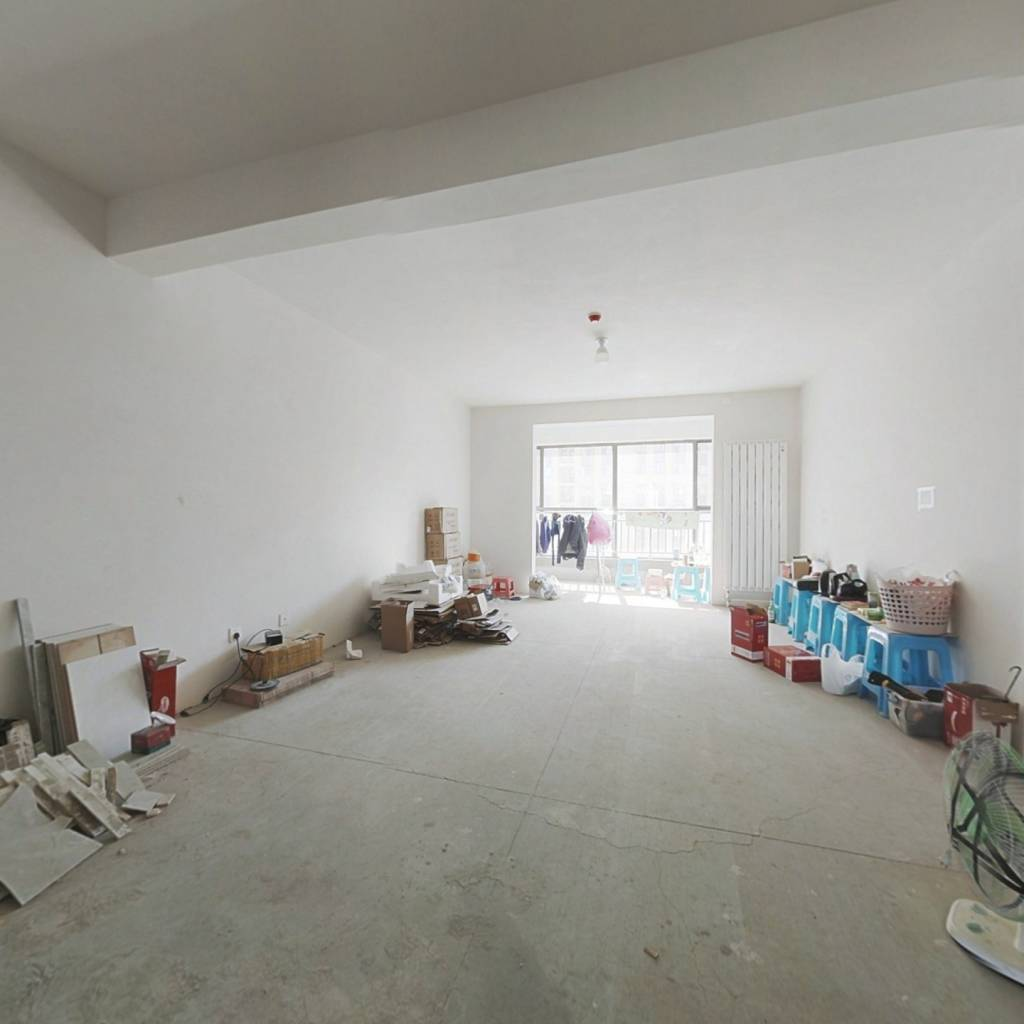 房子位置好,卧室有落地窗,大阳台,采光优越