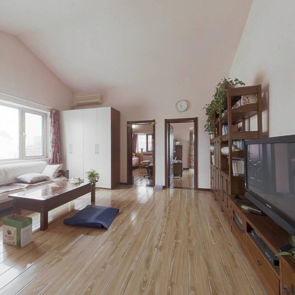 地大院内,客厅挑空4米,有20㎡露台,共享校园环境