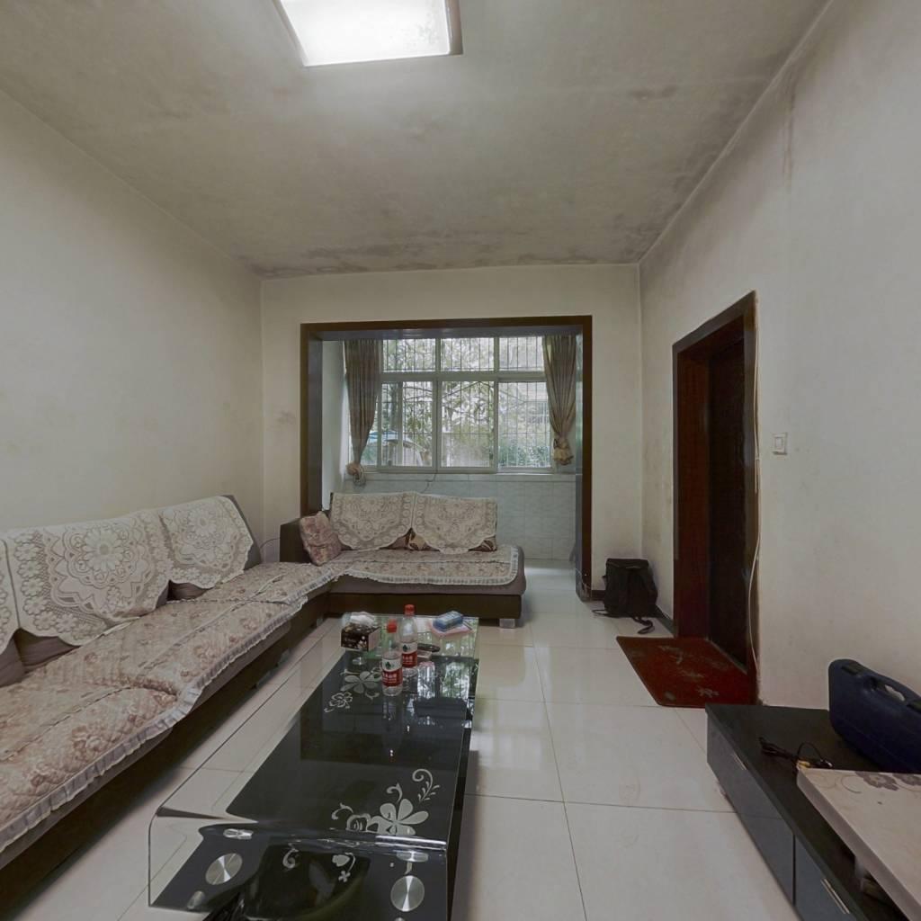 此房户型方正,家具家电齐全,房后带个小院坝