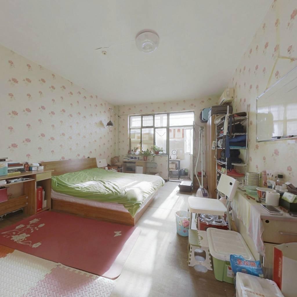 房子是南北向,田字格三居户型,央产单位。