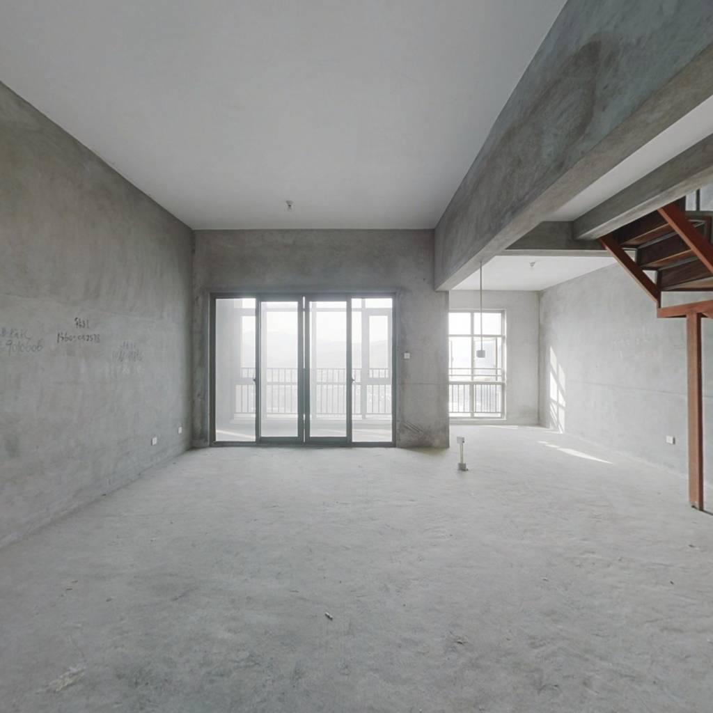 金辉华府五房两厅两卫,户型方正,南北通透。