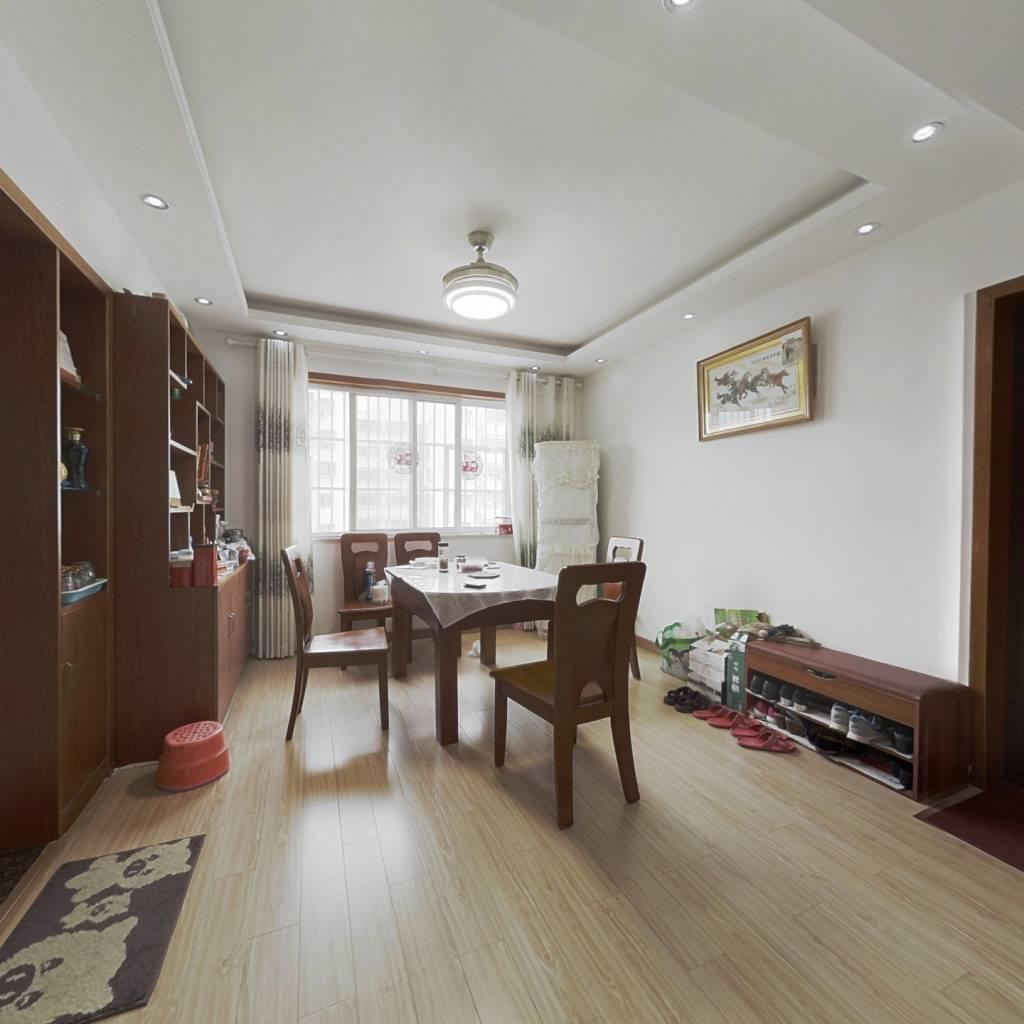 此房为精装修,业主诚心出售。可以随时看房随时签约!