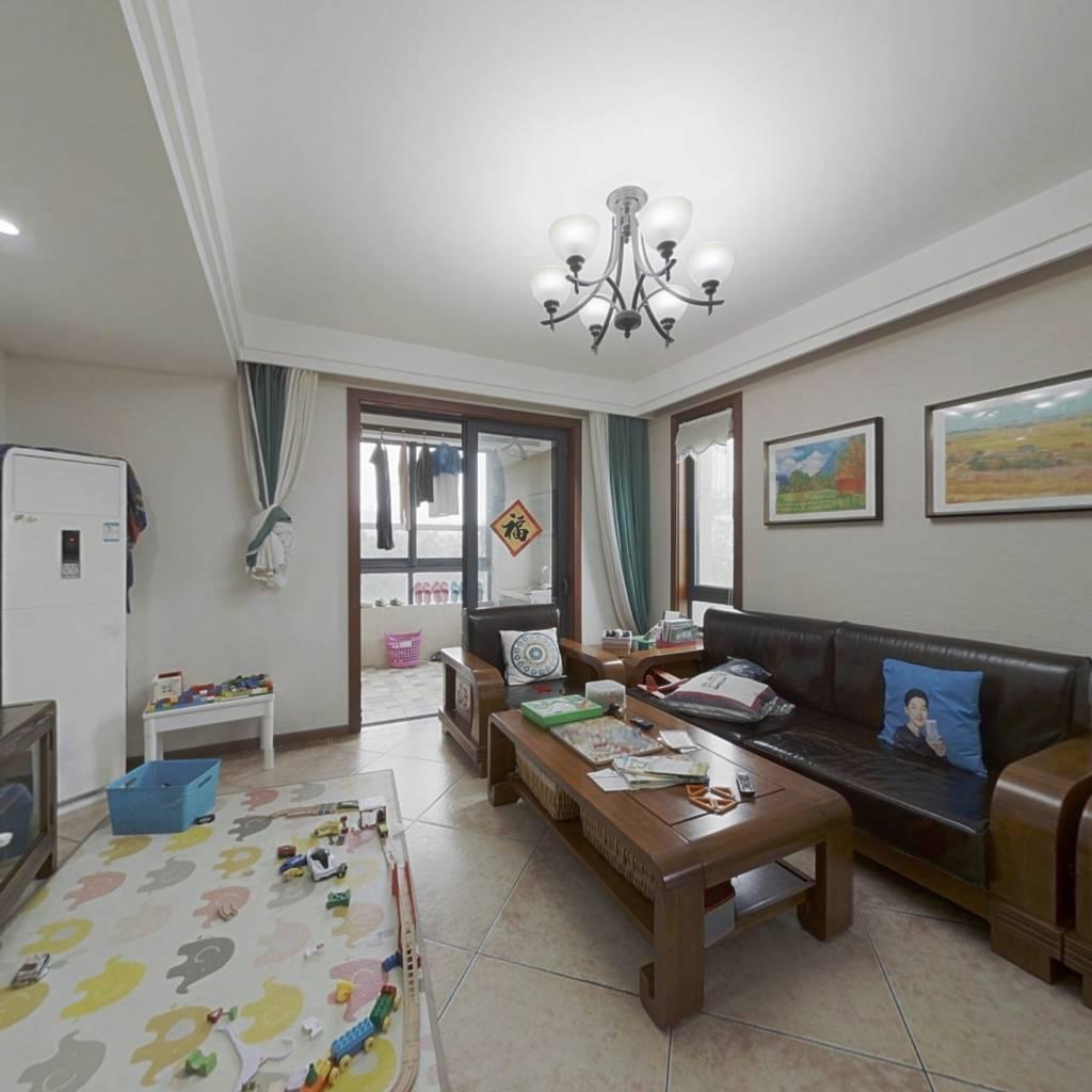 房东诚心出售,房子是自住的,精装修,保养的很好。