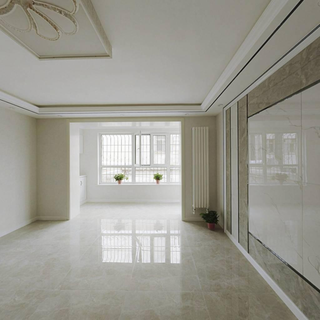 房子是金装修,南北通透的户型,价格优美