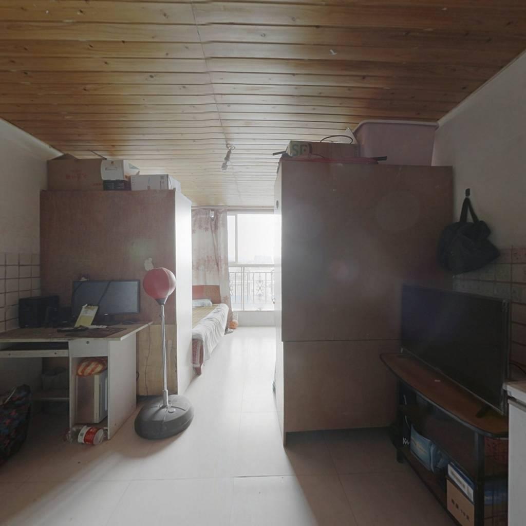 房子户型方正,室内简单装修,适合居住