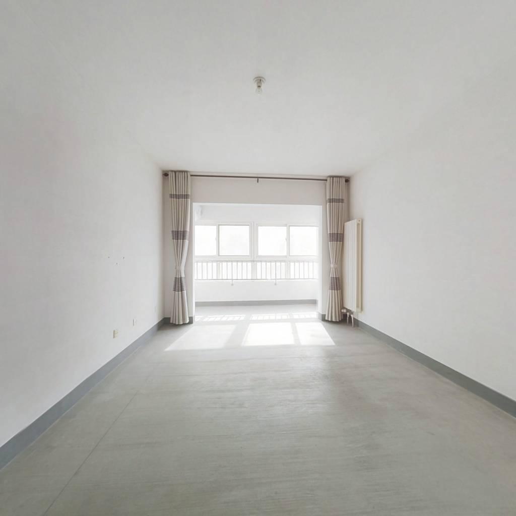 此房已满两年,楼层好,采光充足,户型方正。