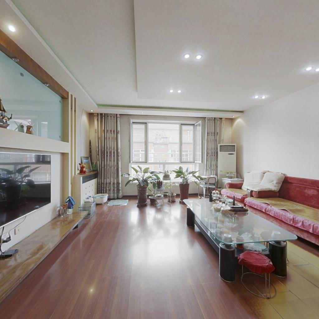 此房为复式跃层,带车库停车方便,免费带露台。