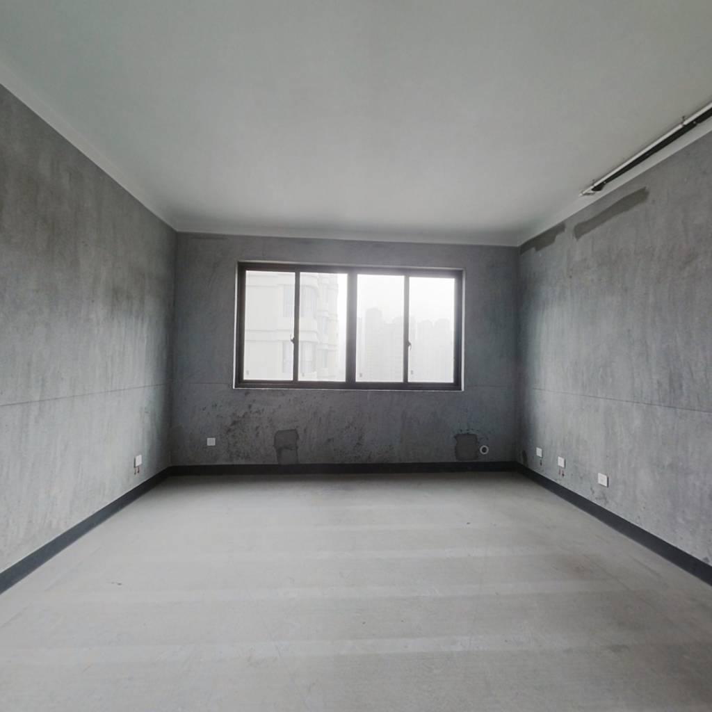 三室两厅两卫,双朝南,户型方正,采光充足,中层