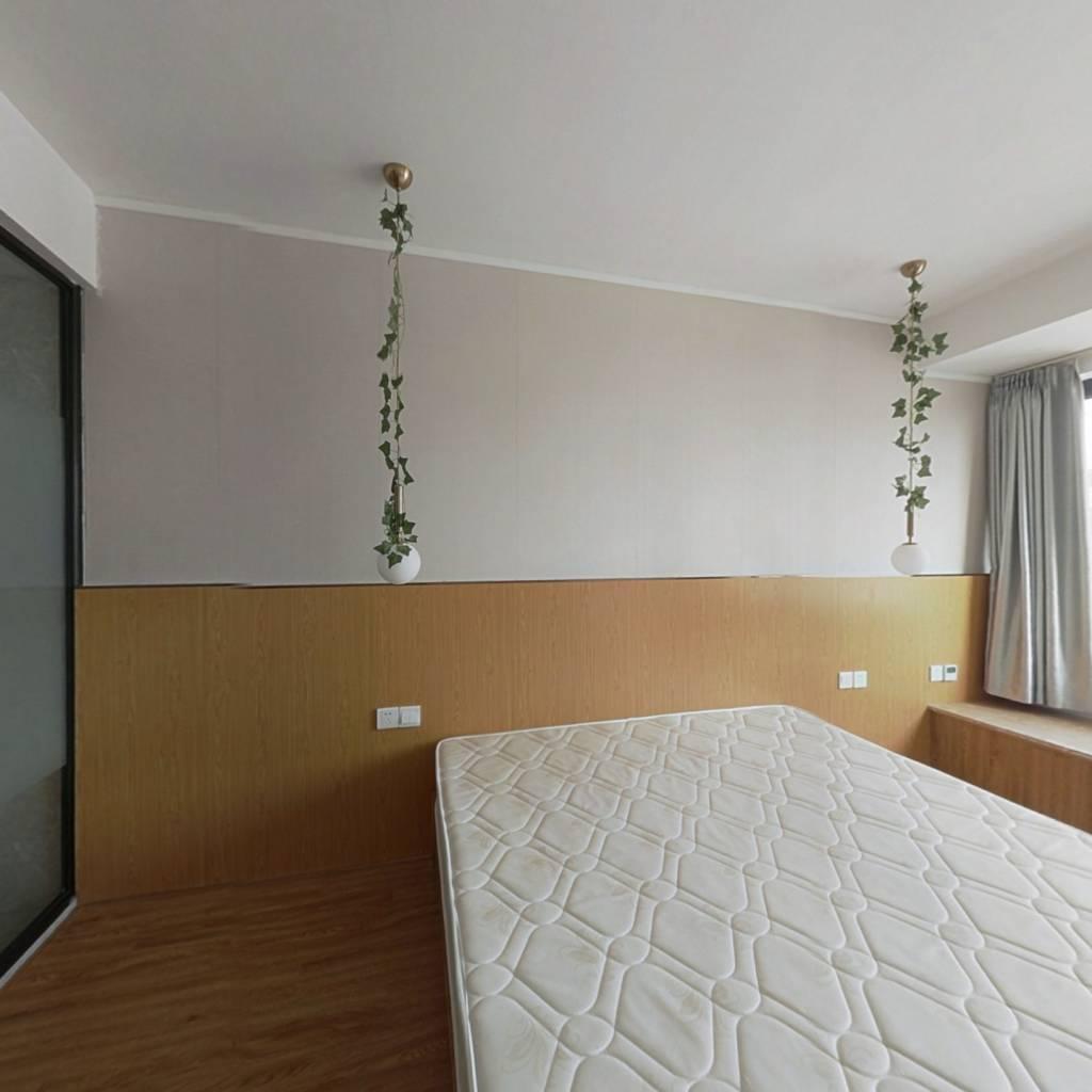 此房地段佳,精装修,生活设施配套全。。