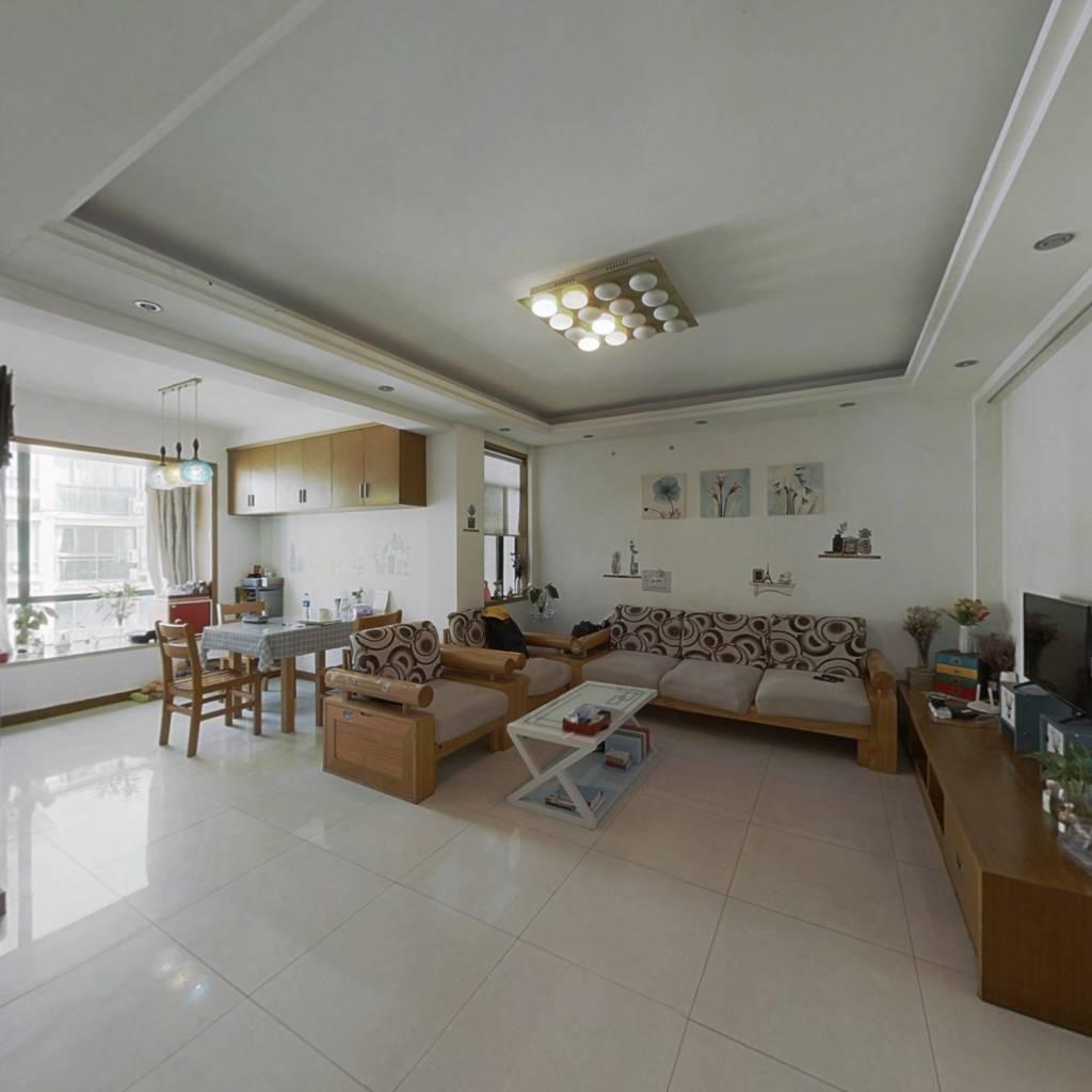 此房客厅朝南带阳台,采光充足,不靠高架