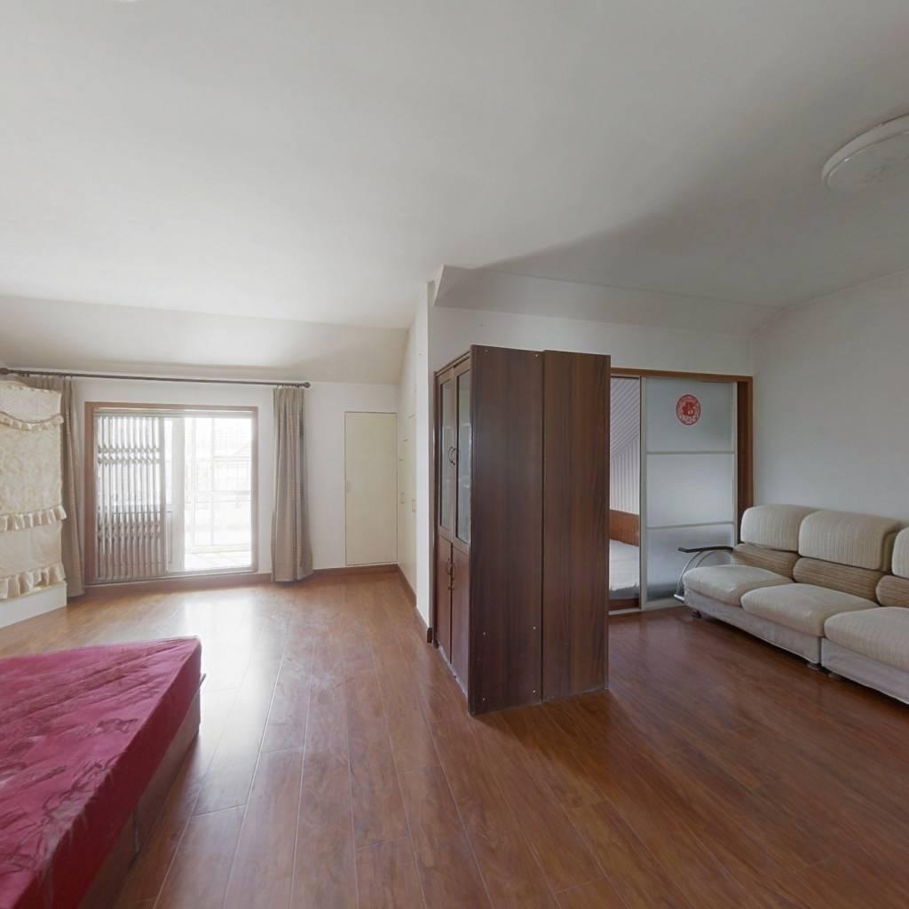带证阁楼 有装修 有露台 小两室